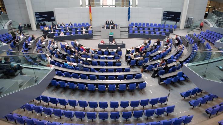 Welche Partei fehlt am meisten bei Abstimmungen im Bundestag?