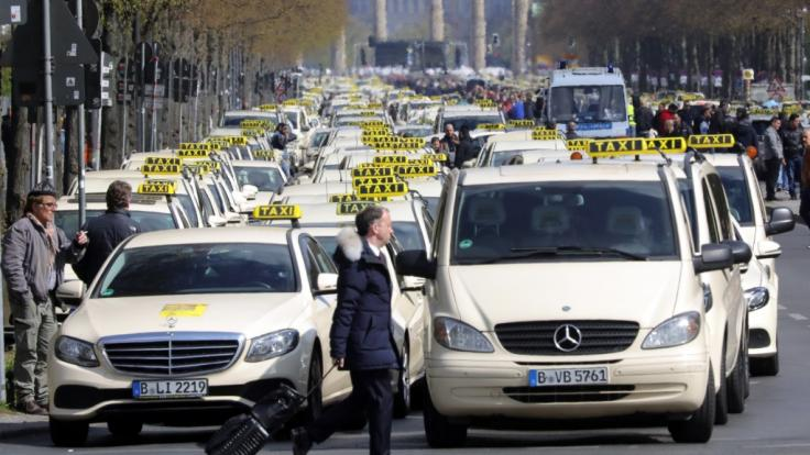 Taxifahrer protestieren auf der Straße des 17. Juni zwischen Brandenburger Tor und Siegessäule.