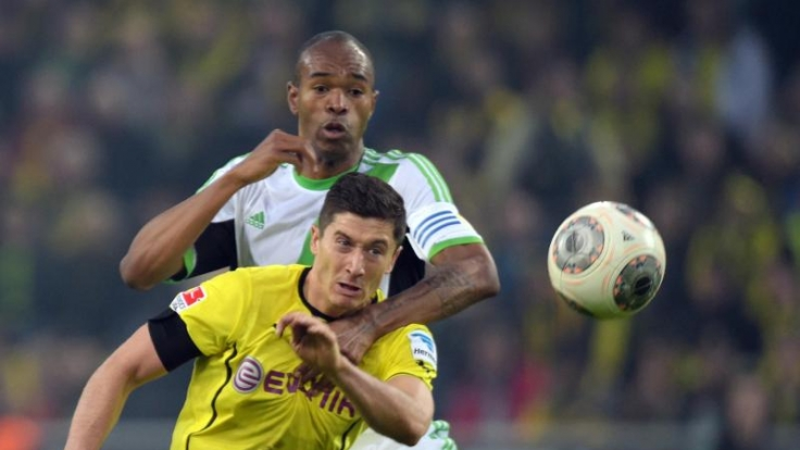 Dortmunds Robert Lewandowski im Duell mit Wolfsburgs Naldo.