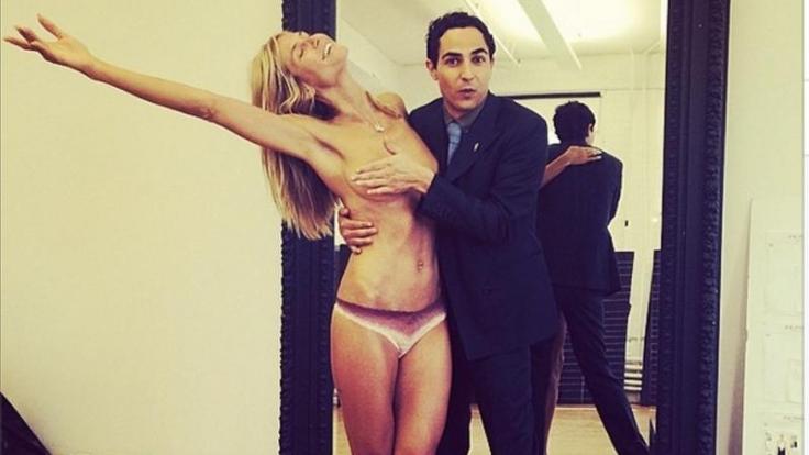 Der Mann darf offenbar alles: Auch die nackte Heidi befummeln.