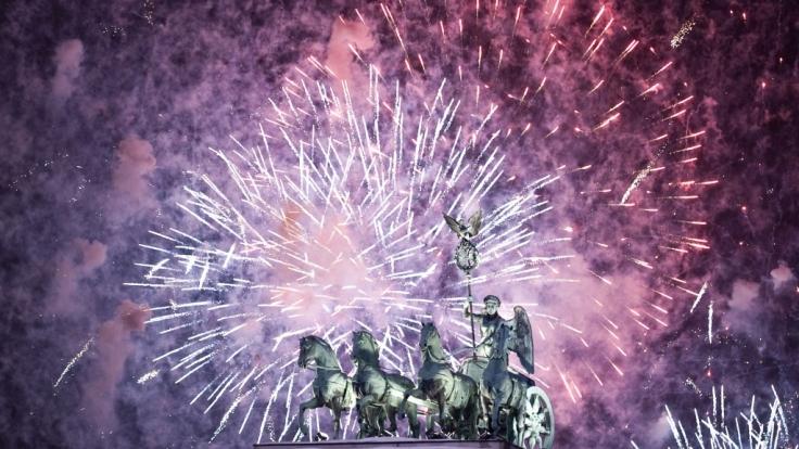 Auch in diesem Jahr werden sich an Silvester wieder Tausende am Brandenburger Tor versammeln, um das neue Jahr zu begrüßen.