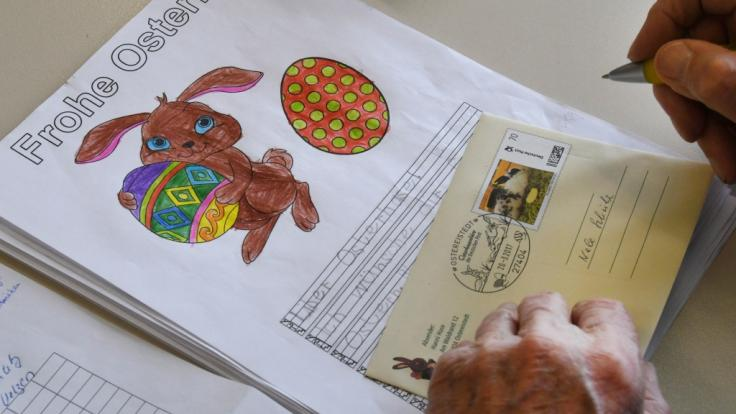 Ein Mitarbeiter beantwortet einen Brief an Osterhase Hanni Hase im niedersächsischen Ostereistedt. (Foto)
