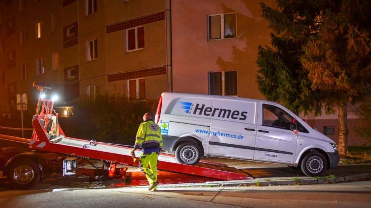 Der Transporter, in dem einer der Hermes-Mitarbeiter tot aufgefunden wurde, wird für weitere Untersuchungen abtransportiert.
