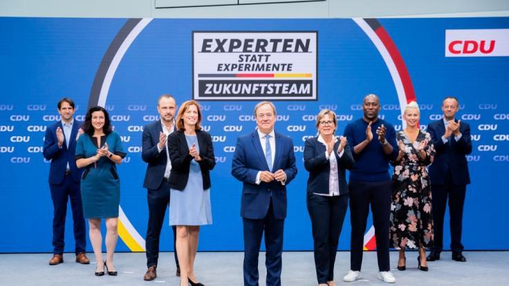 """Armin Laschet (M), CDU-Kanzlerkandidat, CDU-Bundesvorsitzender und Ministerpräsident von Nordrhein-Westfalen, präsentiert das """"Zukunftsteam"""" der Union in der CDU-Parteizentrale. (Foto)"""