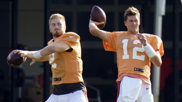 Tom Brady (r) und Quarterback Kyle Trask von den Tampa Bay Buccaneers fiebern der neuen NFL-Saison entgegen. (Foto)