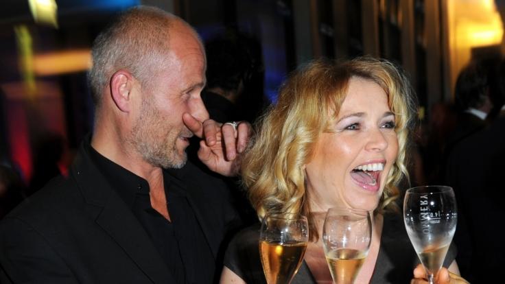 Tina Ruland amüsiert sich prächtig mit ihrem Lebensgefährten Claus G. Oldörp. (Foto)