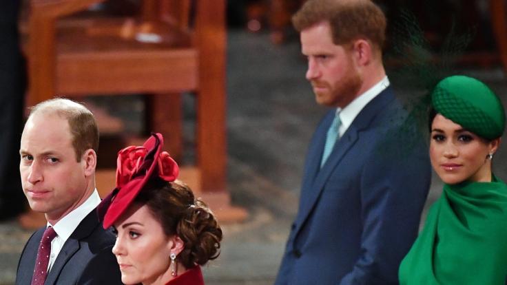 Diese Blicke sprechen Bände: Zwischen Prinz William, hier mit Ehefrau Kate Middleton, und Prinz Harry nebst Meghan Markle herrscht eisige Stimmung.