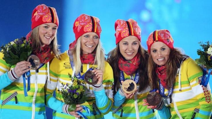 Die deutschen Langläuferinnen strahlten bei der Medaillenvergabe mit der bunten Kleidung um die Wette.
