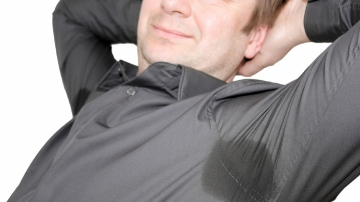 Schweißflecken sind unschön anzusehen und halten sich oft trotz Wäsche hartnäckig. (Foto)