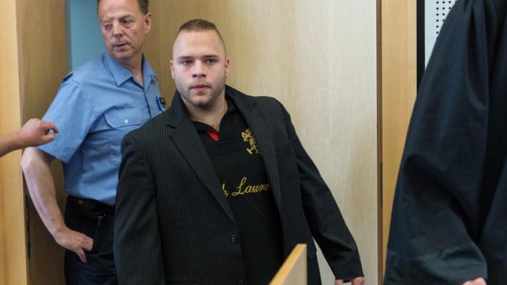 Der Angeklagte Patrick S. am 08. Juni 2016 im Landgericht Limburg an der Lahn. Der 27-jährige muss sich wegen Mordes an einem Polizeibeamten verantworten.