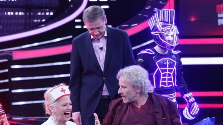 Moderatorin Barbara Schöneberger mit Thomas Gottschalk im Rollstuhl und Günther Jauch.