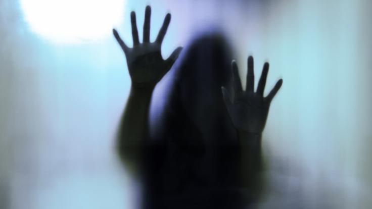 In Indien wurde eine Frau Opfer von drei Vergewaltigern.