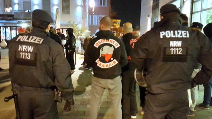Polizisten bei einer Veranstaltung des Rockerclubs