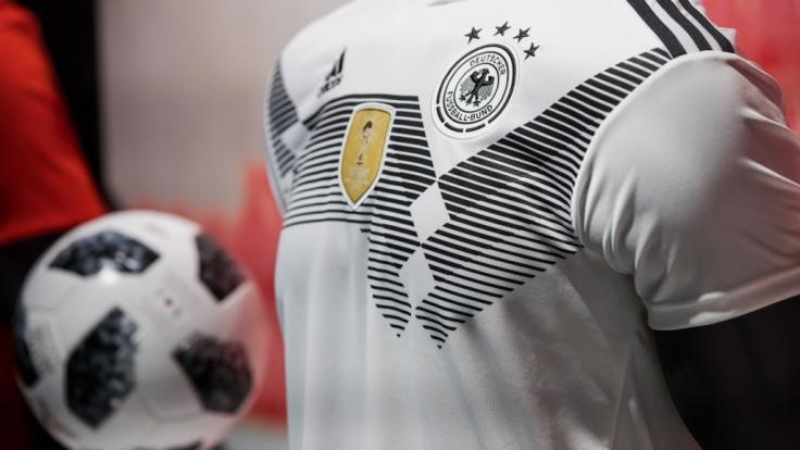 Das offizielle DFB-Trikot und der Fußball zur WM 2018 in Russland.