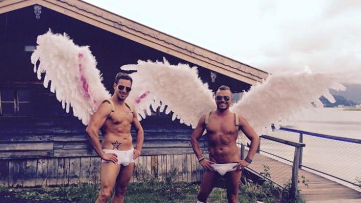 Zwei Engel in Unterwäsche begrüßten die Fans bei Daniel Kübleböcks Konzert am Tegernsee.