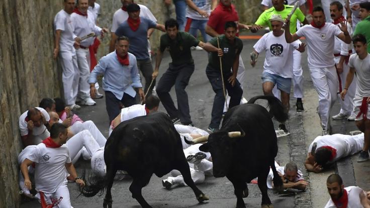 Jedes Jahr werden bei der Stierhatz in Pamplona unzählige Menschen verletzte. (Foto)