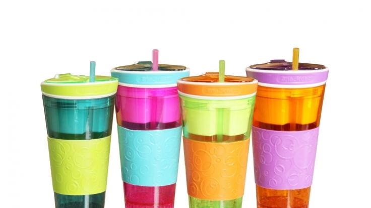Die Snackeez-Behälter vereinen Snackbox und Getränkedose auf stilvolle Art und Weise.