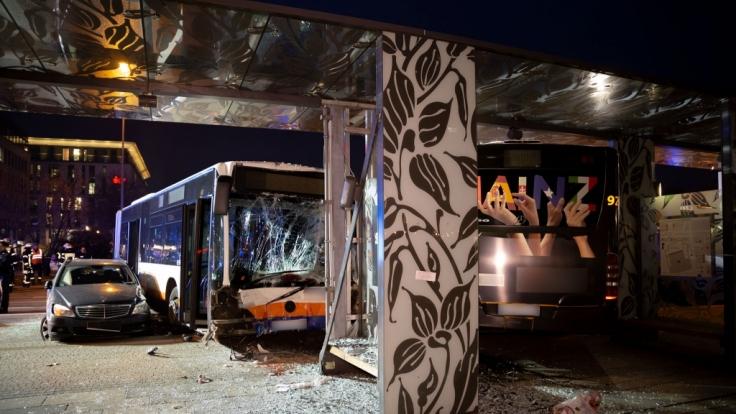 Bei einem schweren Busunfall in Wiesbaden sind mehr als 20 Menschen verletzt worden - eine Person starb.