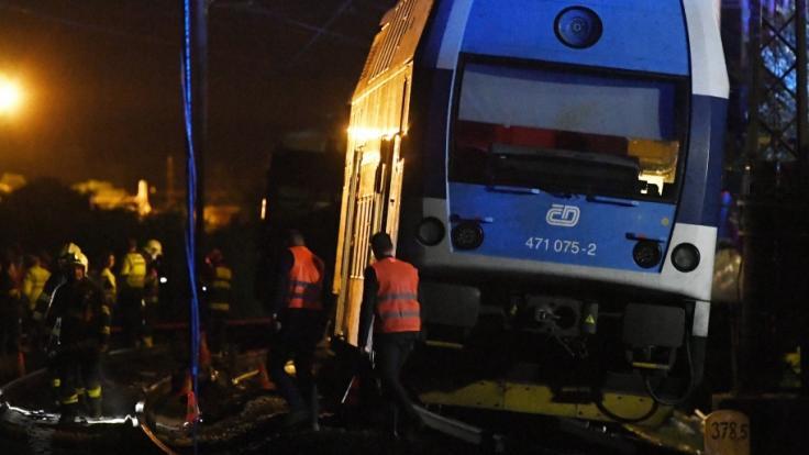 Unweit der tschechischen Hauptstadt Prag ist ein Personenzug verunglückt - ein Mensch kam dabei ums Leben. (Foto)