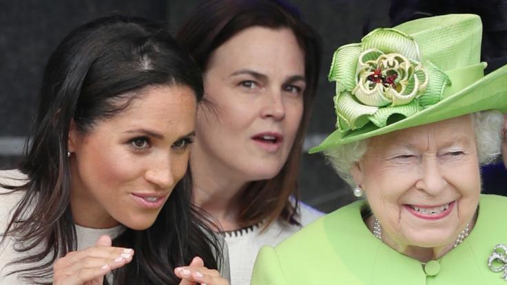 Samantha Cohen, hier zwischen Meghan Markle und Queen Elizabeth II., wird ihren Dienst im Kensington Palast quittieren. (Foto)
