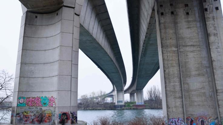 Die Autobahnbrücke der A15 führt über die Seine. Am Stadtrand von Paris wurde die Leiche einer 14-jährigen Schülerin gefunden. (Foto)