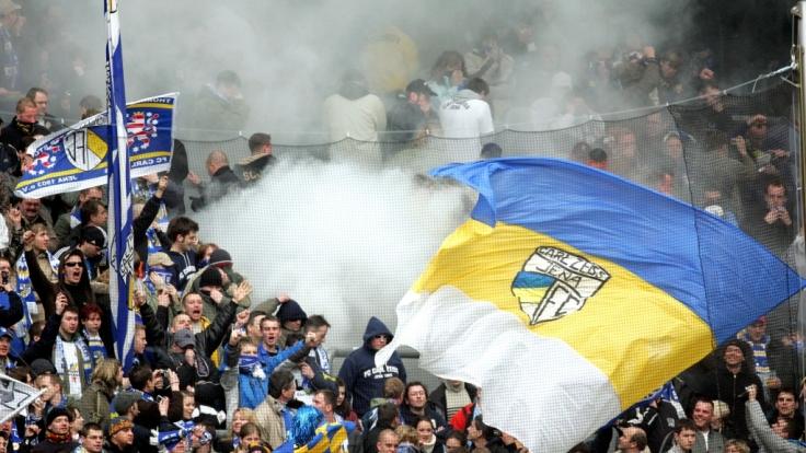 Unter der blau-gelb-weißen Fahne von Jena feuern die Fans den FC Carl Zeiss an. (Symbolbild) (Foto)