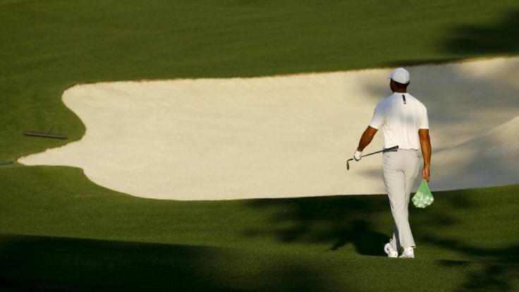 Tiger Woods geht bei einem Training für das US Masters Golfturnier auf dem Gelände des Augusta National Golf Clubs mit einem Säckchen Golfbälle über den Platz. Die US Masters beginnen am 05.04.2018.