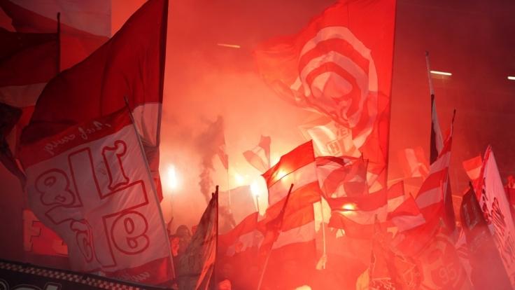 Die Fahnen von Fortuna Düsseldorf zeigen die Unterstützung der Fans. (Symbolbild)