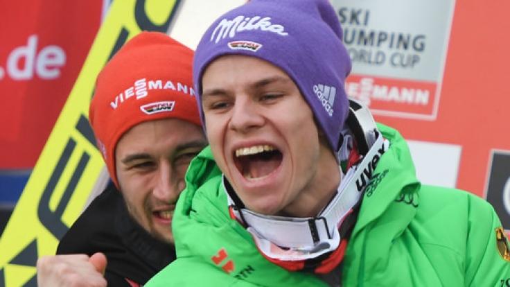 Andreas Wellinger freut sich gemeinsam mit Markus Eisenbichler über seinen zweiten Weltcup-Sieg.