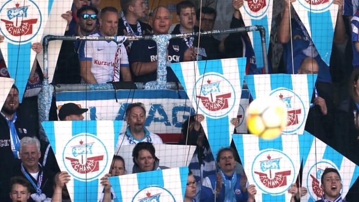 Die Fans vom FC Hansa Rostock feuern ihr Team energisch an. (Symbolbild)
