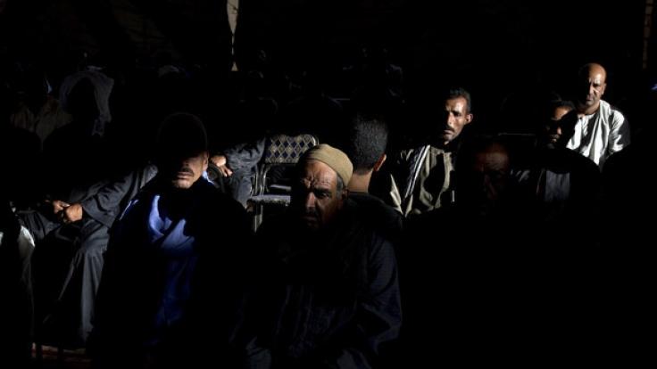 Männer nehmen am 27.05.2017 an einer Andacht für die Todesopfer des Terroranschlags auf koptische Christen in Deir El-Garnouse nahe Al-Minja (Ägypten) teil.