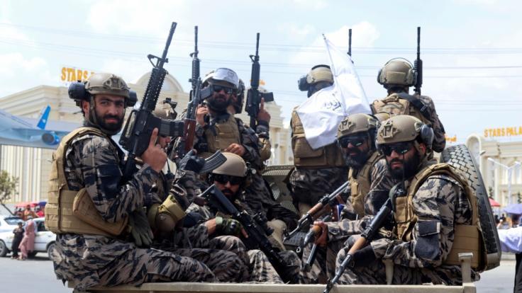 Droht den zurückgelassenen Hunden in Afghanistan der Tod? (Im Bild:Kämpfer der Spezialeinheit der Taliban treffen nach dem Abzug der US-Truppen auf dem Flughafen Kabul ein.) (Foto)