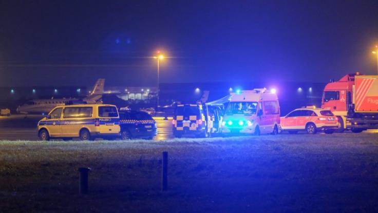 Polizeiautos stehen am Flughafen Hannover: Ein Mann versuchte aus noch ungeklärten Gründen mit seinem Auto auf das Vorfeld zu fahren. (Foto)