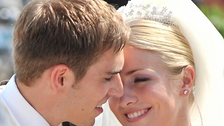 Seit sechs Jahren glücklich verheiratet: Philipp Lahm und Claudia nach der kirchlichen Trauung. (Foto)