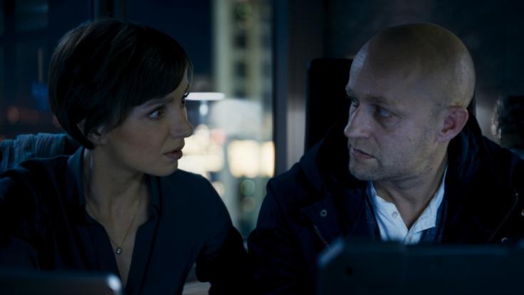 Elena (Julia Koschitz) und Marc (Jürgen Vogel) kommen einem illegalen Deal auf die Schliche, bei dem die Zukunft der Bank auf dem Spiel steht. (Foto)
