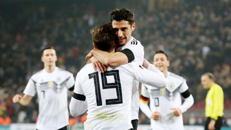 Lars Stindl, Torschütze zum 2:2 Endstand bejubelt sein Tor mit Mario Götze.