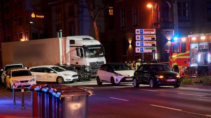 Ein gestohlener Lastwagen ist im hessischen Limburg auf mehrere vor einer roten Ampel vor dem Landgericht stehende Fahrzeuge aufgefahren. Es gab mehrere Verletzte.