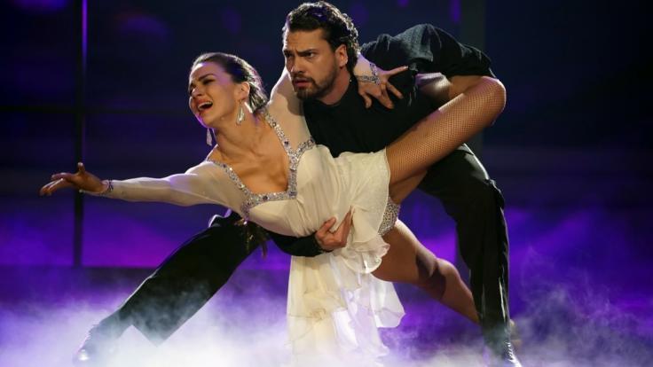 """""""Let's Dance""""-Kandidat Jimi Blue Ochsenknecht - hier mit seiner Profitanzpartnerin Renata Lusin - muss seine Tanzschuhe nach einem Mittelfußbruch an den Nagel hängen. (Foto)"""