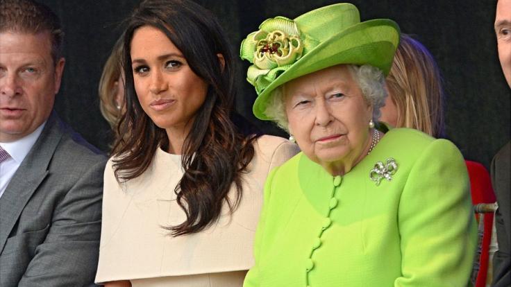 Zwischen Meghan Markle und Queen Elizabeth II. sollen mächtig die Fetzen geflogen sein - bis die Monarchin drastische Konsequenzen androhte.