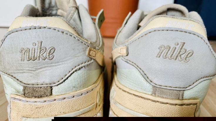 """Links zeigt die Schuhnähte nach der """"Glossy Dreams""""-Behandlung, rechts zeigt, wie sie vorher aussahen. (Foto)"""