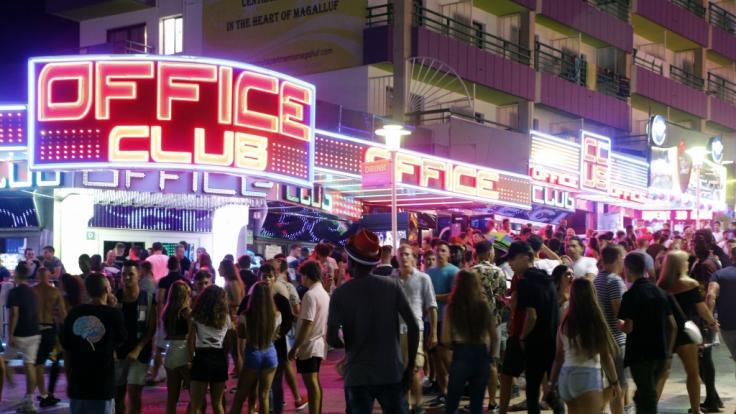 Der Ort Magaluf ist vor allem bei jungen Touristen sehr beliebt. Auf Mallorca kamen bei Balkonstürze bereits mehrere Touristen ums Leben. (Foto)
