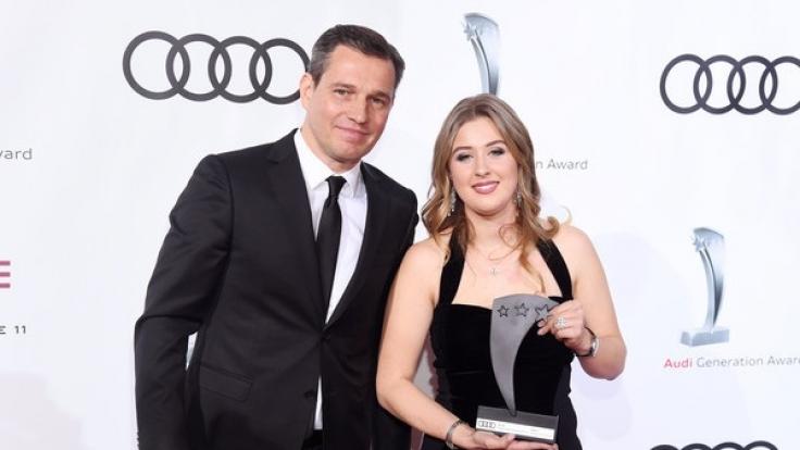 Der Laudator Michael Mronz und die Preisträgerin und Westernreiterin Gina Schumacher bei der Verleihung des Audi Generation Award. (Foto)