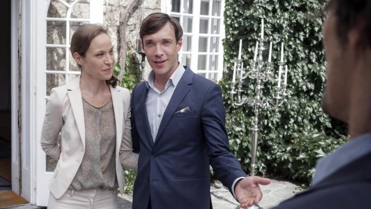 Max (Christoph Luser) macht seine Gäste mit Maggie (Jeanette Hain) bekannt. (Foto)