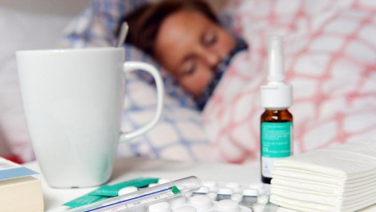 Die Grippe kommt schlagartig und äußert sich mit hohem Fieber und Gliederschmerzen.