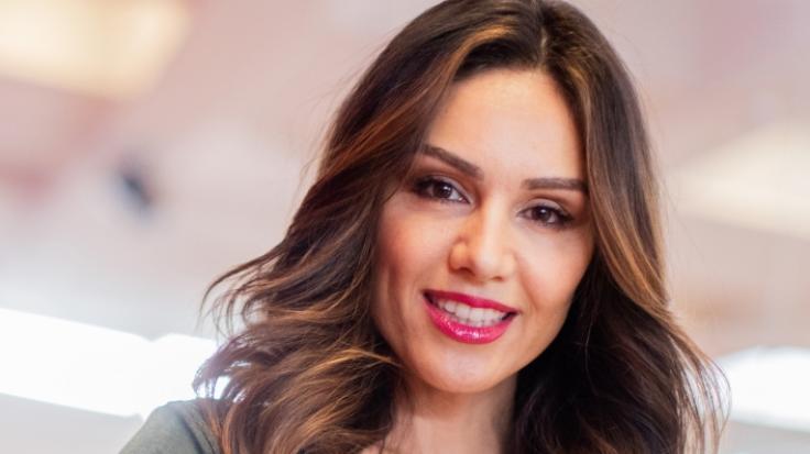 Nazan Eckes will nur ihren Make-up-Look zeigen und offenbart dabei ganz tiefe Einblicke.