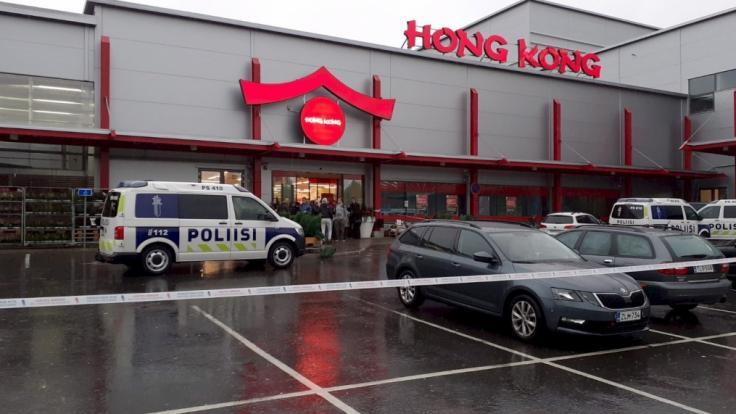 Nach der Gewalttat in einer Berufsschule in Kuopio wurde der Tatort abgesperrt. (Foto)