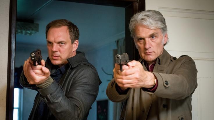"""Robert Anders (Walter Sittler, r.) und Thomas Wittberg (Andy Gätjen, l.) im Einsatz in einer Szene der ZDF-Reihe """"Der Kommissar und das Meer"""". (Foto)"""