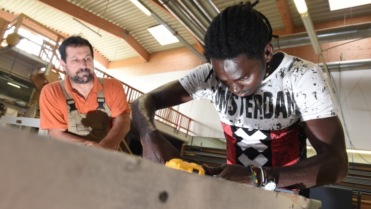 Die Stiftung Warentest informiert Flüchtlingshelfer zu rechtlichen und versicherungstechnischen Fragen. (Foto)
