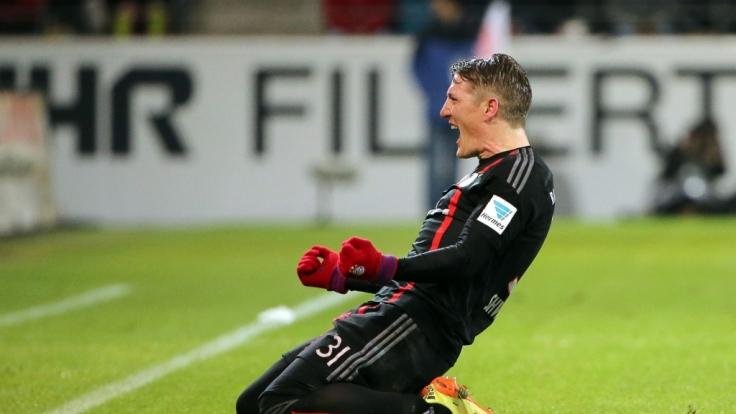 Beim Bundesligaspiel in Mainz jubelte Schweinsteiger noch mit Sarah auf dem Schuh. (Foto)