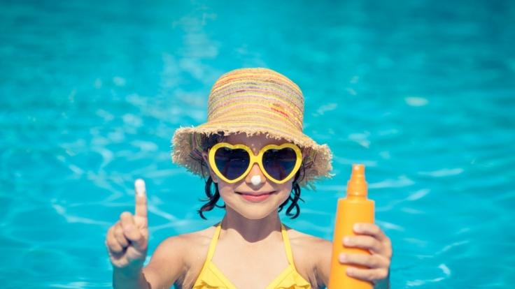 Sonnencreme schützt zwar vor der gefährlichen UV-Strahlung, birgt aber gefährliche Nebenwirkungen. (Foto)
